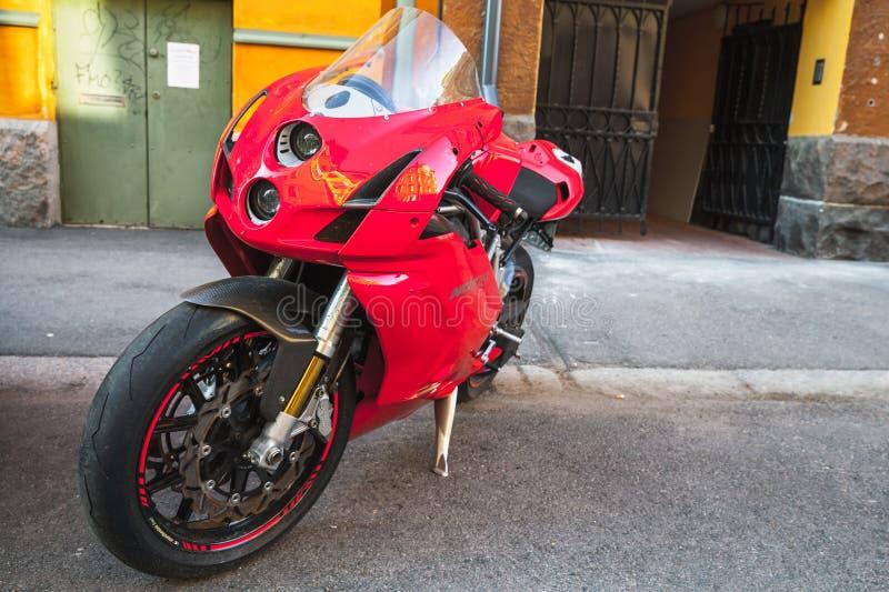 Красный супер велосипед Ducati 749s стоковое изображение rf