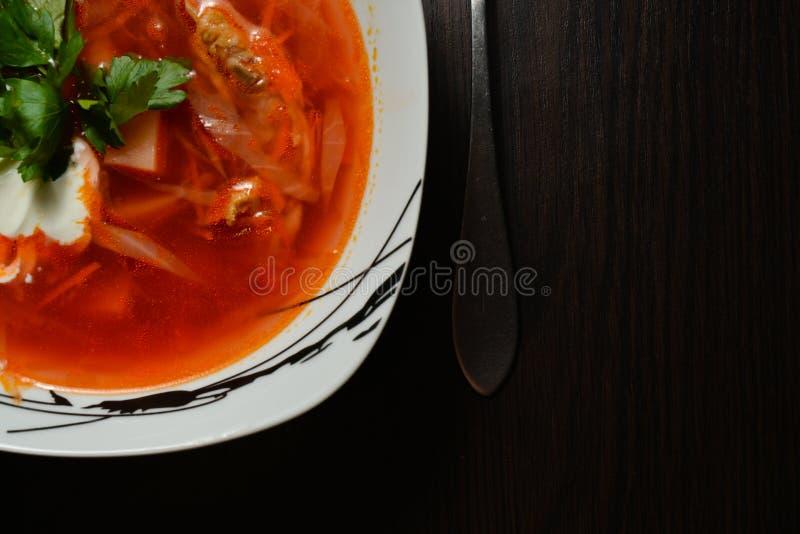 Красный суп с чесноком хлеба трав стоковое фото
