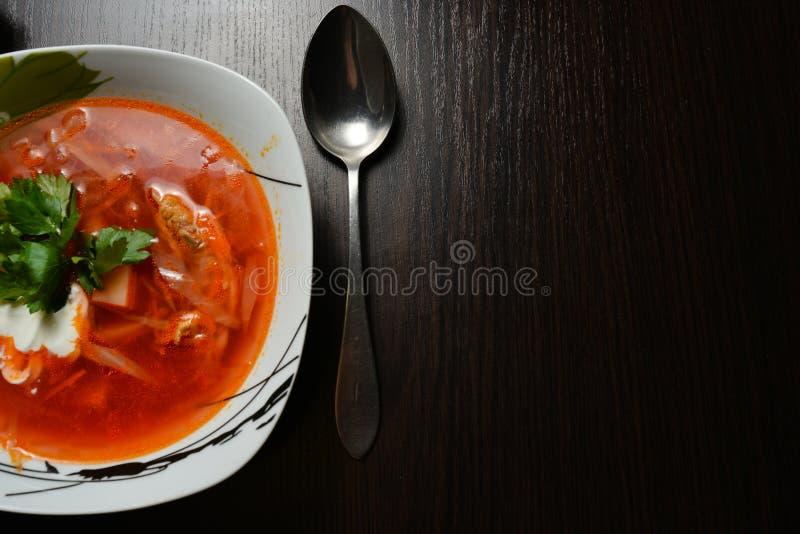 Красный суп с чесноком хлеба трав стоковое изображение rf