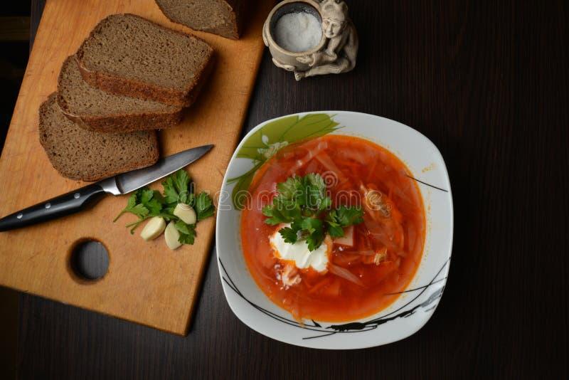 Красный суп с чесноком хлеба трав стоковое фото rf