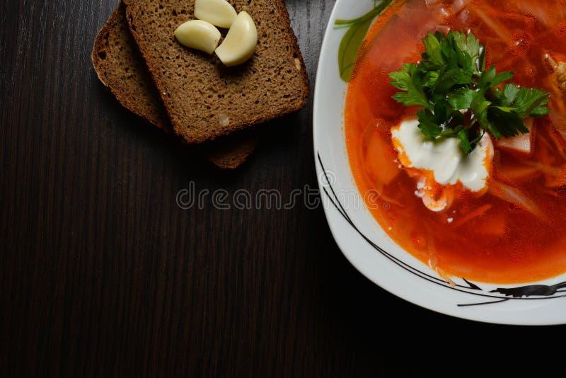 Красный суп с чесноком хлеба трав стоковая фотография