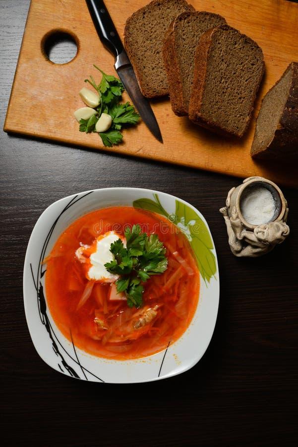 Красный суп с чесноком хлеба трав стоковые фото