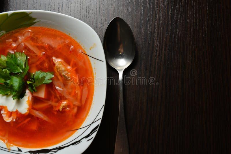 Красный суп с чесноком хлеба трав стоковая фотография rf