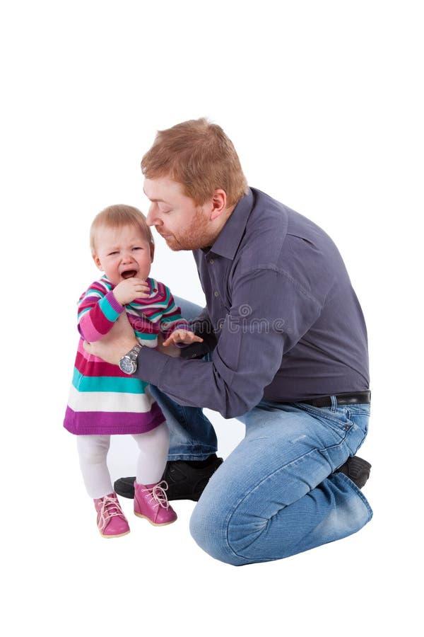 Красный с волосами изолированные отец и плача дочь стоковое фото rf