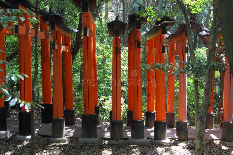 Красный тоннель стробов в Киото стоковое фото rf