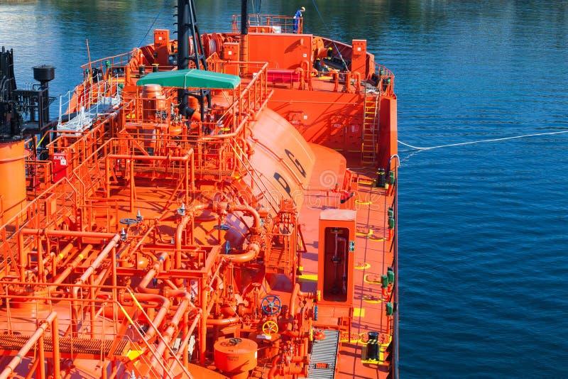 Красный топливозаправщик сжиженного нефтяного газа стоковая фотография rf