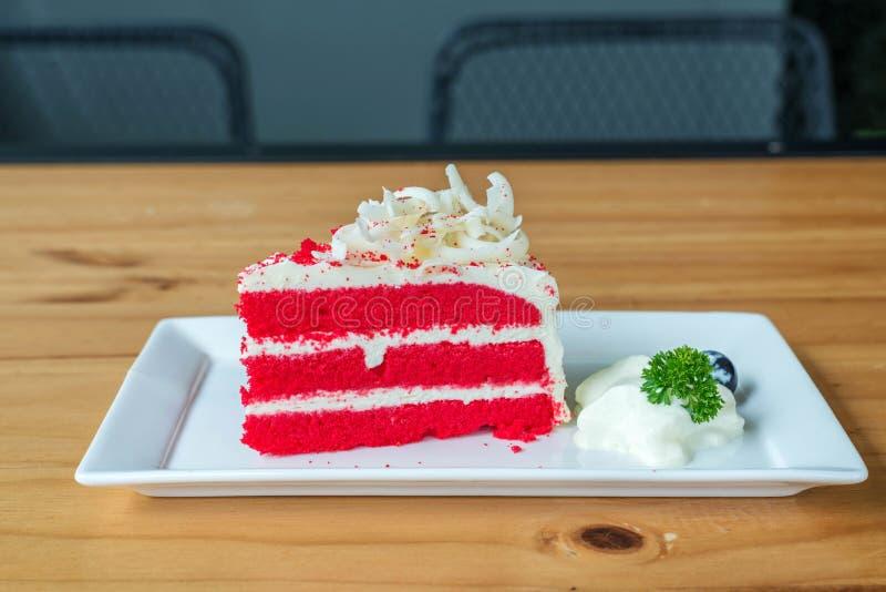 Красный торт бархата на белой плите стоковая фотография