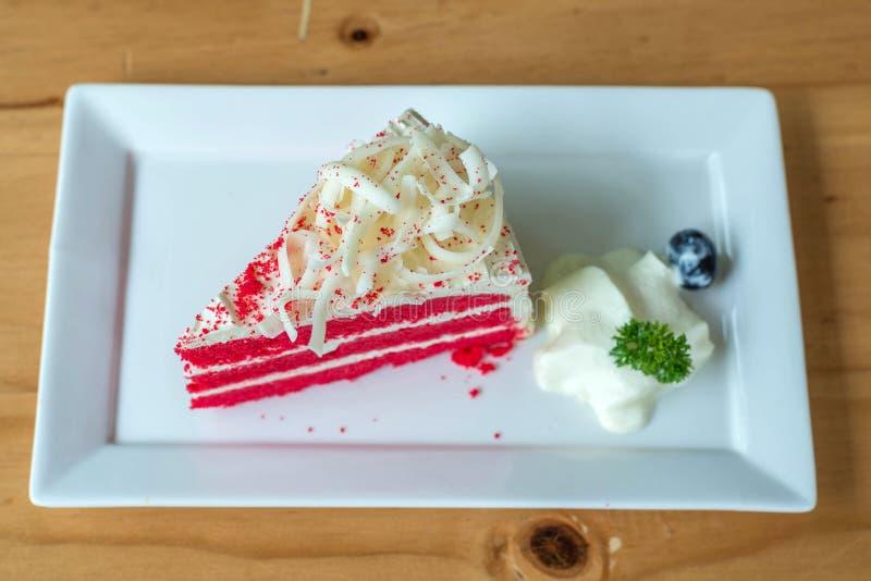 Красный торт бархата на белой плите стоковое изображение rf