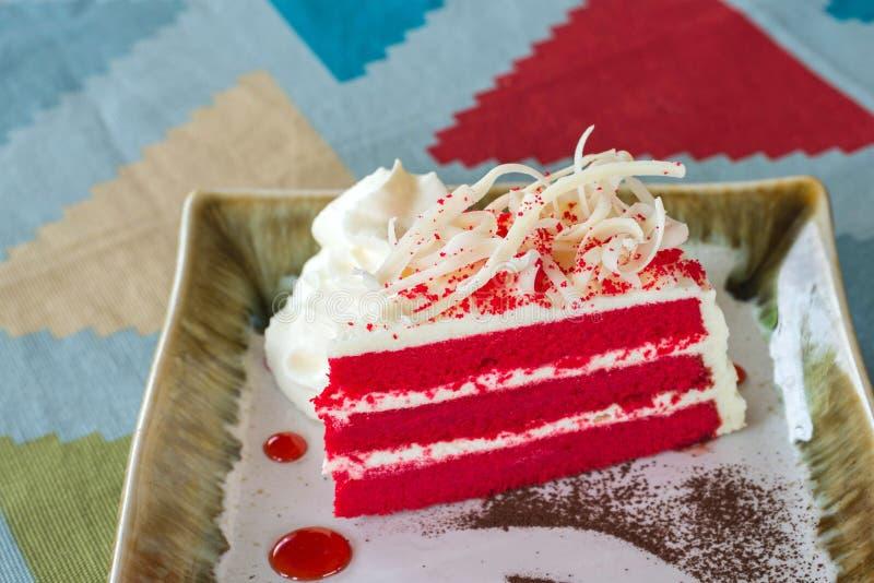 Красный торт бархата на плите стоковая фотография rf