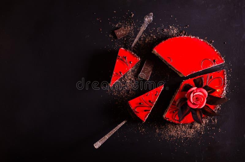 Красный торт с поднял, цветок шоколада, на темной предпосылке Открытый космос для вашего текста Селективный фокус стоковая фотография