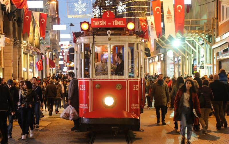 Красный трамвай на бульваре Istiklal стоковая фотография rf