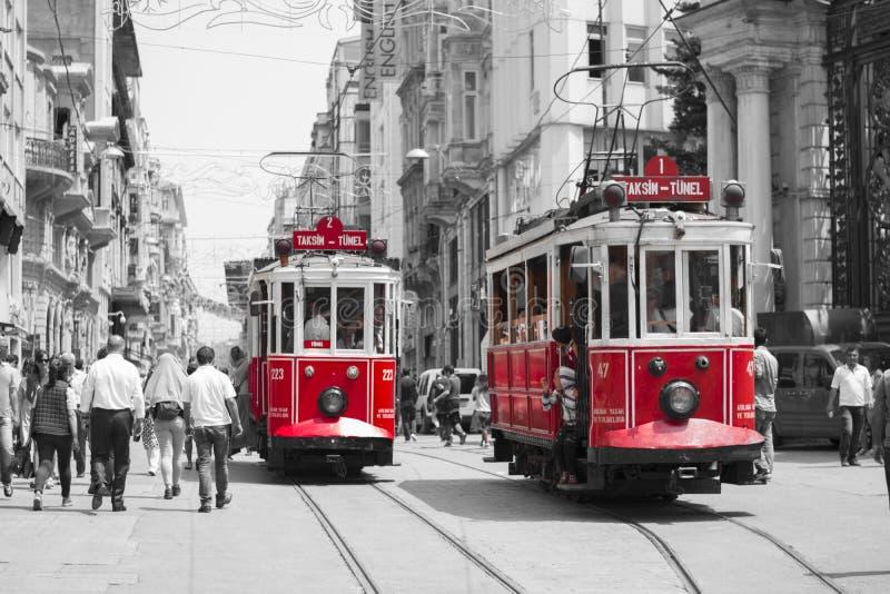 Красный трамвай на улице B&W стоковое изображение