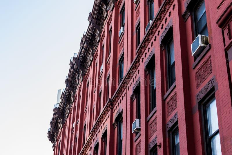 Красный фасад типичного здания brownstone Гарлема, Манхэттен, Нью-Йорк, NY, США стоковое изображение