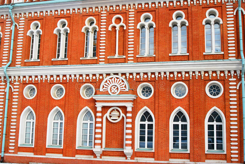 Красный фасад здания Разнообразие окон стоковые фото