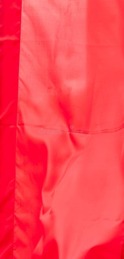 Красный флаг шелка развевая в текстуре предпосылки стиля ткани картины ветра винтажной стоковые фото