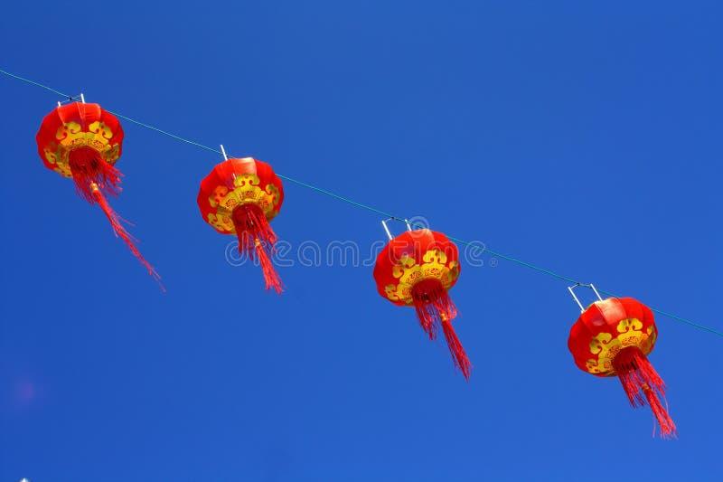 Красный фонарик против неба нерезкости стоковые изображения