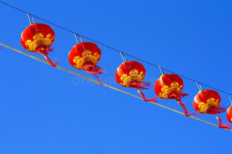 Красный фонарик против неба нерезкости стоковое изображение rf