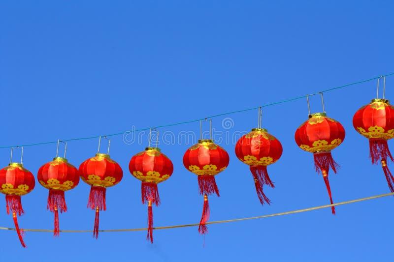 Красный фонарик против неба нерезкости стоковая фотография rf
