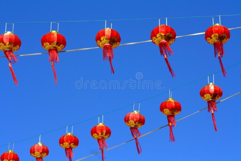 Красный фонарик против неба нерезкости стоковая фотография