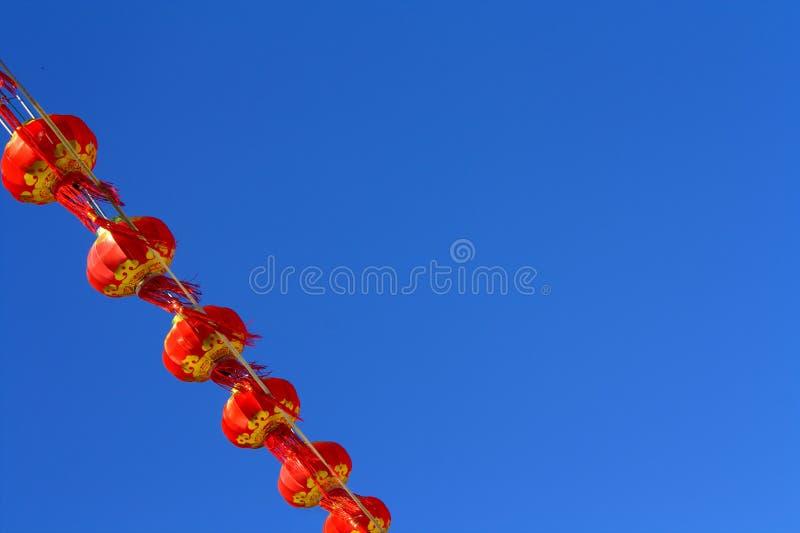 Красный фонарик против неба нерезкости стоковое изображение