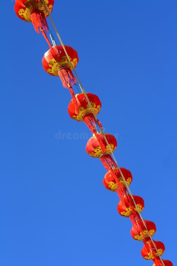 Красный фонарик против неба нерезкости стоковые фото