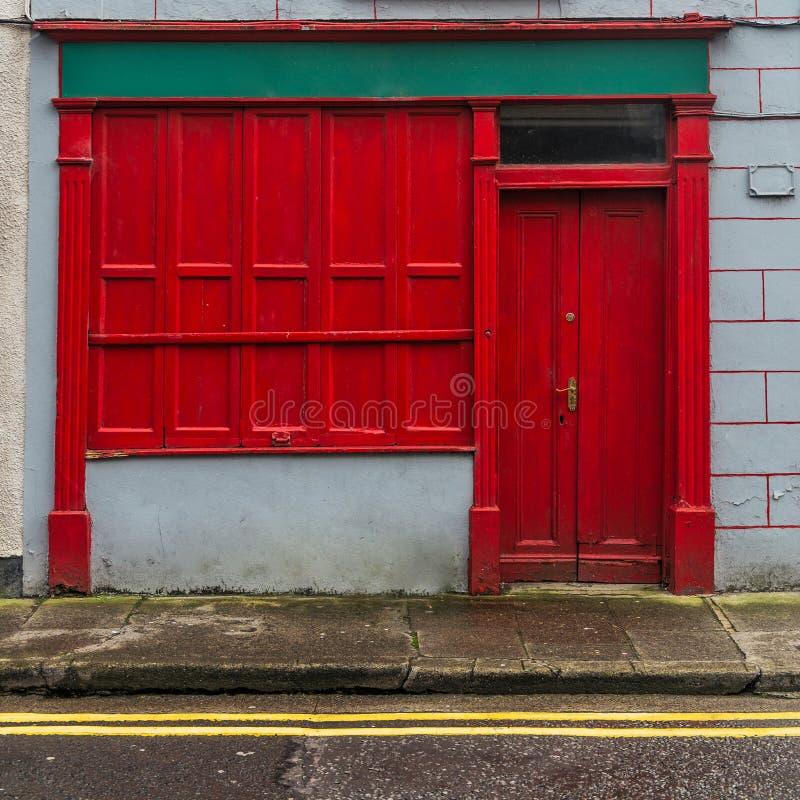 Красный фронт магазина в Ирландии на улице стоковая фотография rf