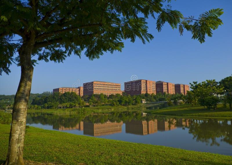 красный цвет берега озера зданий стоковые фотографии rf