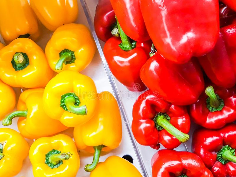 Красный цвет болгарского перца и желтый цвет болгарского перца на поле продажи стоковое изображение