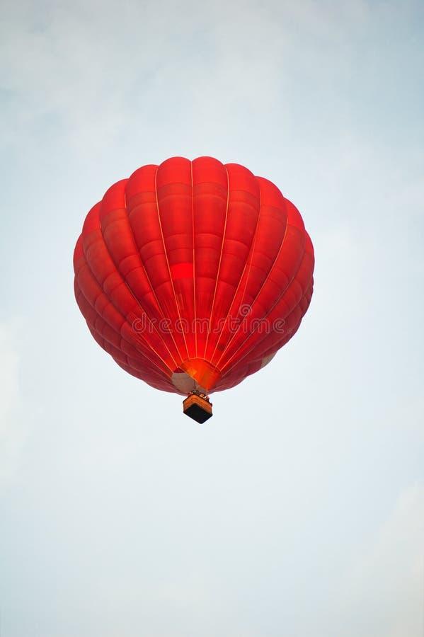 красный цвет воздушного шара