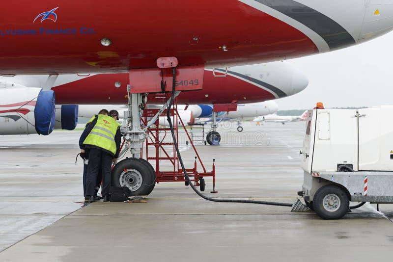 Красный цвет воздушных судн Tupolev-204 подгоняет авиакомпанию в месте для стоянки стоковая фотография rf