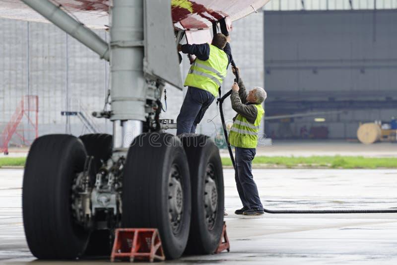 Красный цвет воздушных судн Tupolev-204 подгоняет авиакомпанию в месте для стоянки стоковые изображения