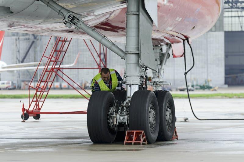 Красный цвет воздушных судн Tupolev-204 подгоняет авиакомпанию в месте для стоянки стоковое изображение rf