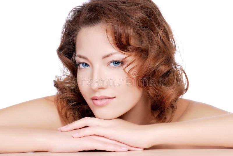 Download красный цвет волос девушки стоковое изображение. изображение насчитывающей спокойно - 6863585