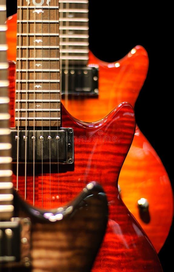 красный цвет гитары cutaway стоковая фотография