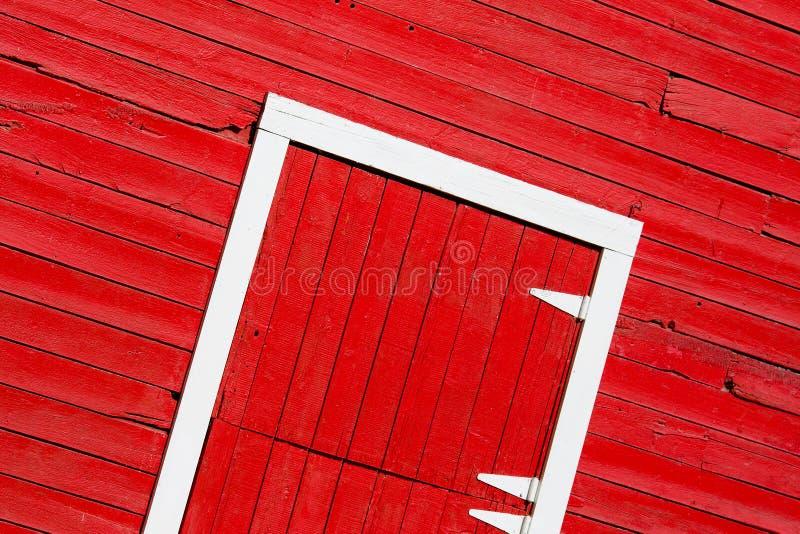 красный цвет двери амбара стоковые изображения rf