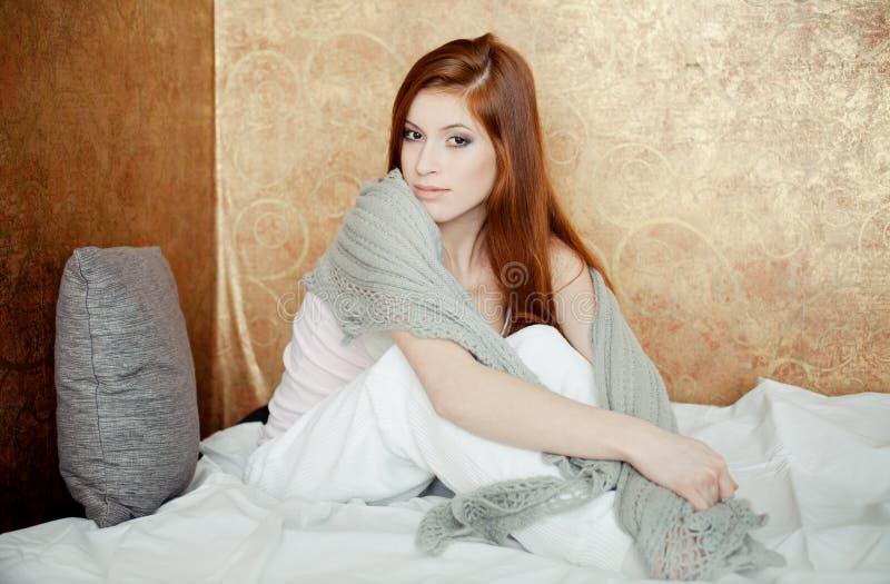 красный цвет девушки кровати с волосами стоковое изображение rf