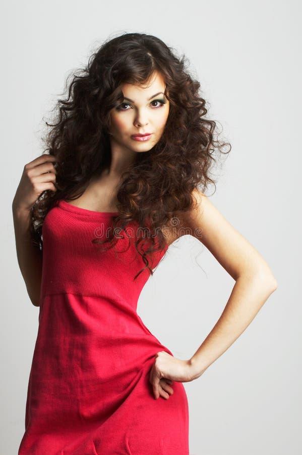 красный цвет девушки платья брюнет стоковое изображение