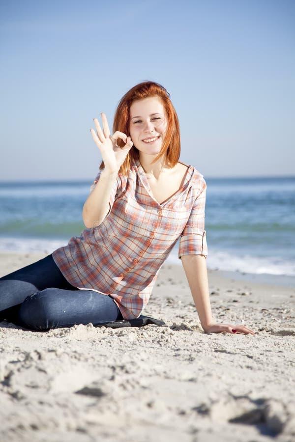 красный цвет девушки пляжа с волосами счастливый стоковое изображение