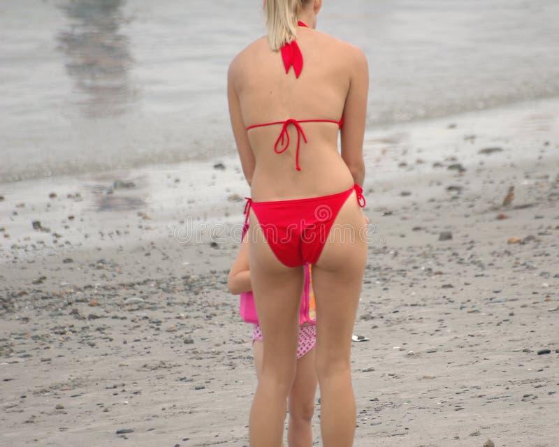 красный цвет девушки пляжа