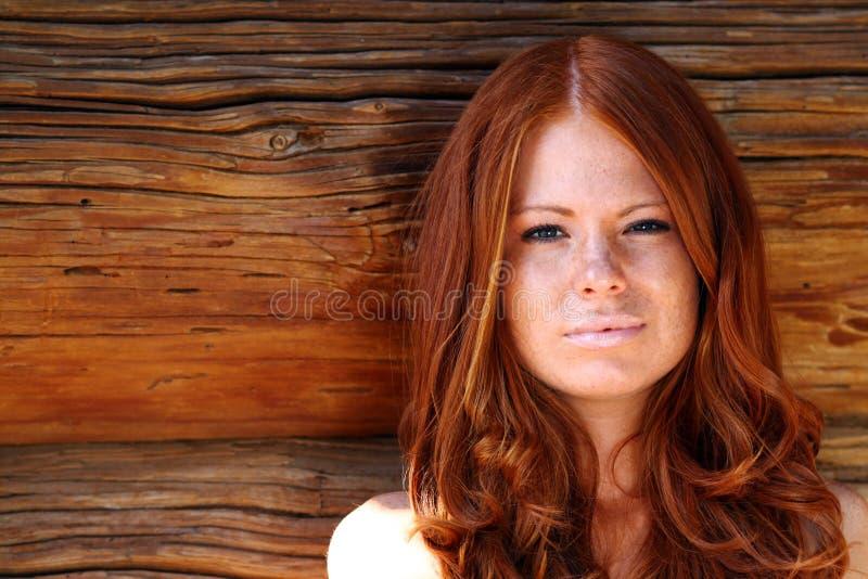красный цвет девушки с волосами стоковые изображения rf