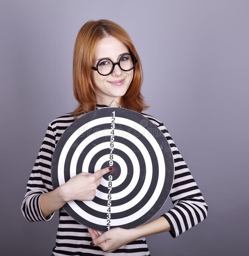 красный цвет девушки dartboard с волосами стоковое фото rf