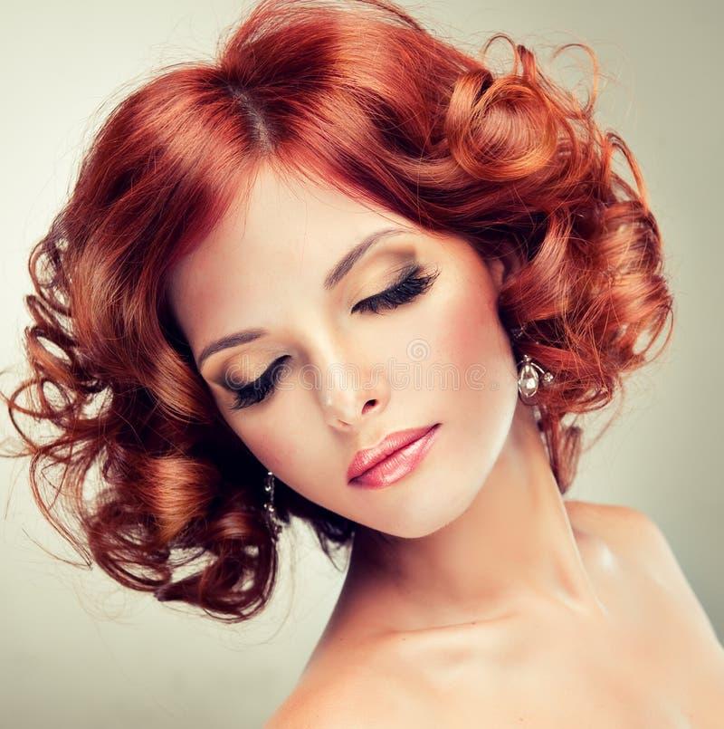 красный цвет девушки с волосами довольно стоковое изображение rf
