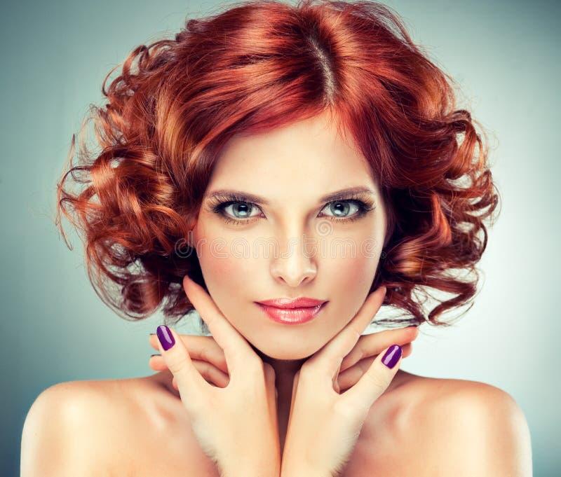красный цвет девушки с волосами довольно стоковое фото rf
