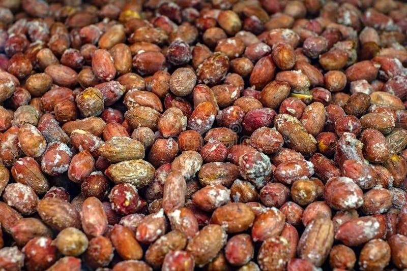 Красный цвет зажарил в духовке арахисы, некоторое открытое, с и без корки стоковое фото rf