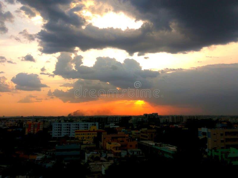 Красный цвет затенял время солнца облаков установленное стоковые изображения