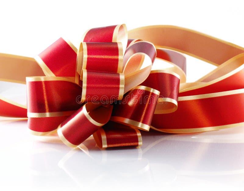 красный цвет золота подарка смычка стоковая фотография
