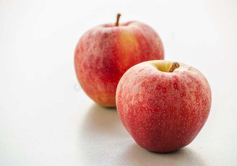 красный цвет изолированный яблоком стоковые фото