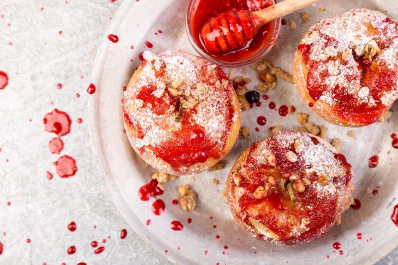 Красный цвет испек творог и Granola заполненные яблоками с вареньем еда диетпитания здоровая стоковая фотография rf