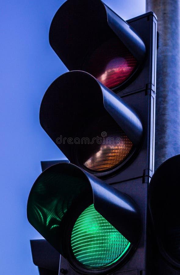 Красный цвет и правая зеленая стрелка на светофоре стоковое изображение rf