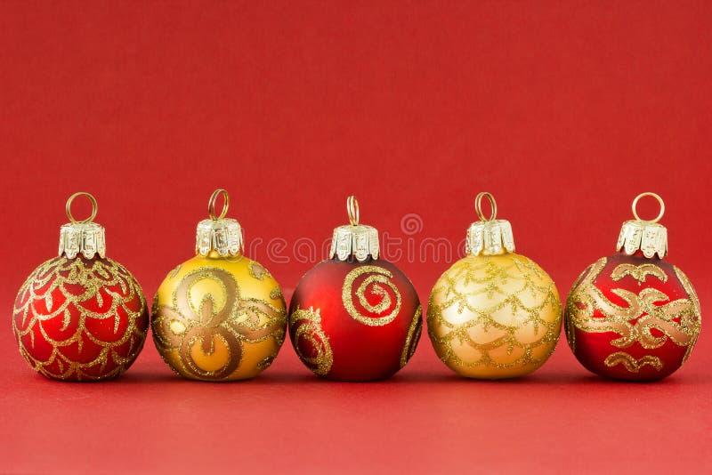 Красный цвет и шарики рождества золота II стоковое фото rf